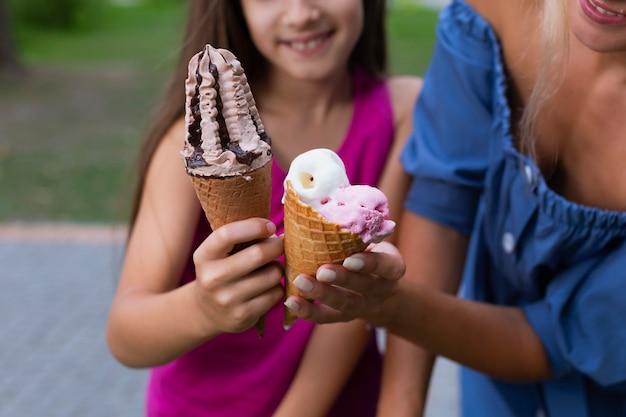 ママと娘のアイスクリームを保持のクローズアップ