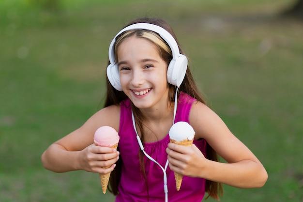 アイスクリームコーンを持つ少女の正面図