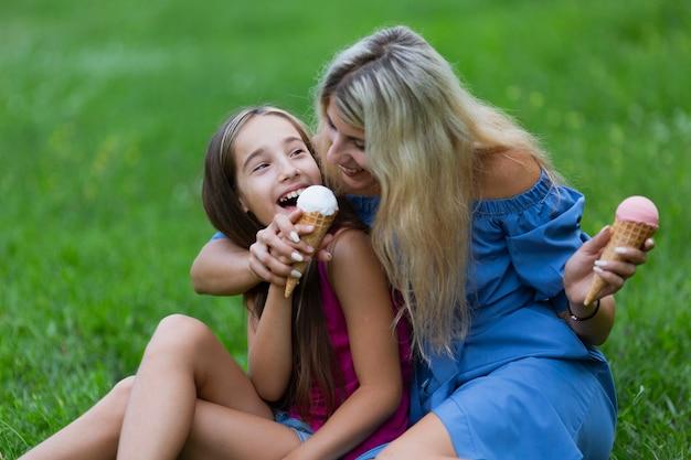母と娘のアイスクリームを食べる