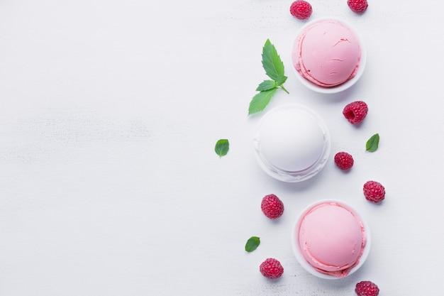 Выложите мороженое на белый стол