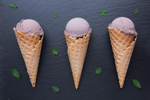 黒いテーブルの上のチョコレートアイスクリームコーン