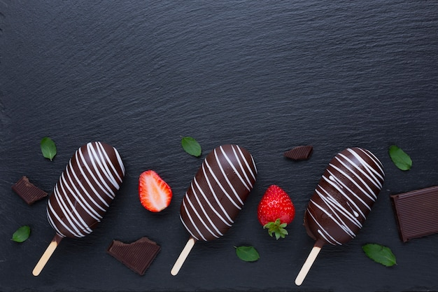 コピースペースとチョコレートとストロベリーアイスクリーム