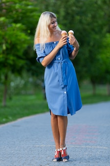 アイスクリームコーンを保持している女性の正面図