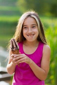 アイスクリームを食べる女の子のミディアムショット
