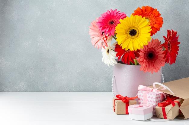 コピースペースを持つガーベラの花