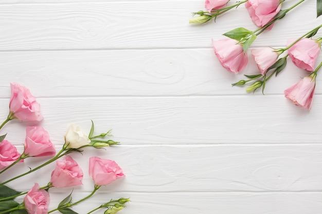 木製コピースペース背景にピンクのバラ