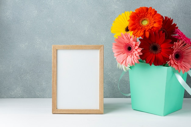 Симпатичная композиция с цветами герберы ромашки