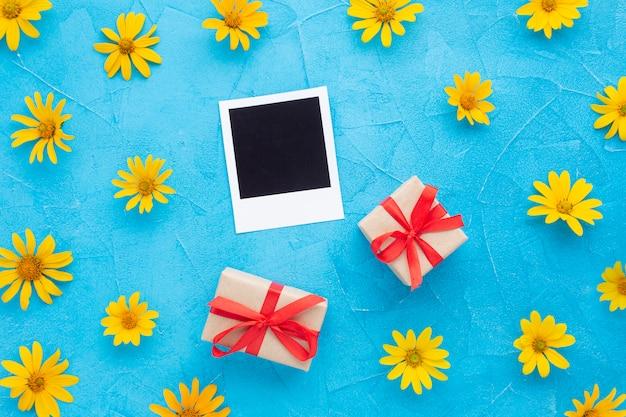 スペインのカキの花とポラロイド写真フレーム