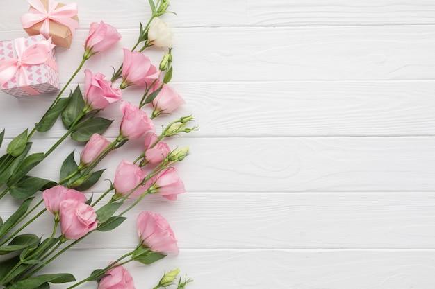 Розовые розы с копией пространства деревянном фоне