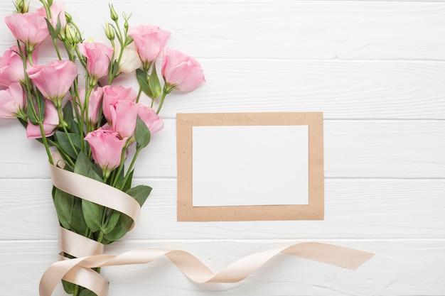 リボンとコピースペースとピンクのバラの花束