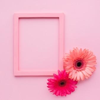 花とコピースペースとピンクのフレーム