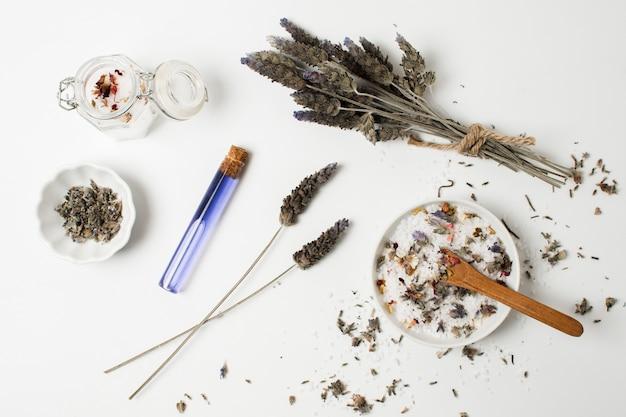 Плоская миска с солью и растениями