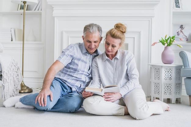 Пожилая пара вместе на полу