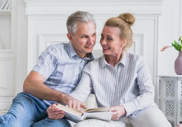 Вид спереди пожилой мужчина и женщина вместе