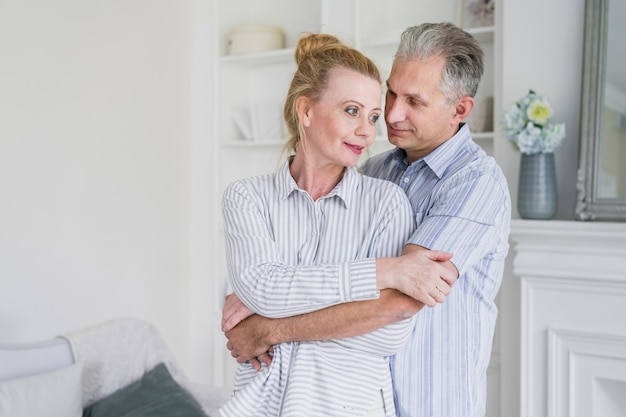 正面の老人男性持株女性