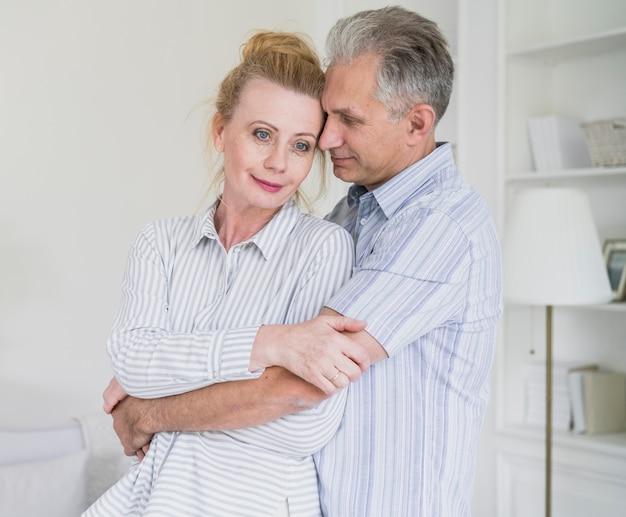 Симпатичные старшие пары, держа друг друга