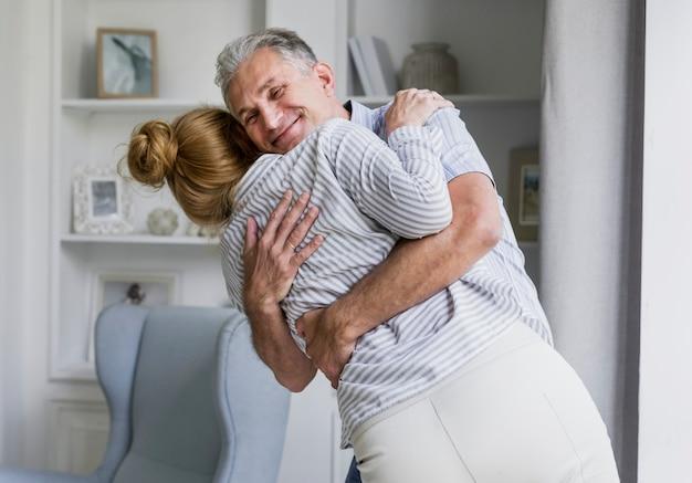 幸せな老夫婦がお互いをハグ