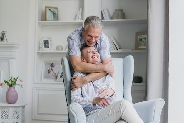 Счастливый старший мужчина обнимает свою жену