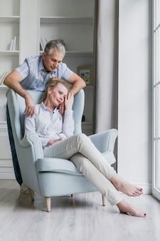 室内で恋に一緒に年配のカップル