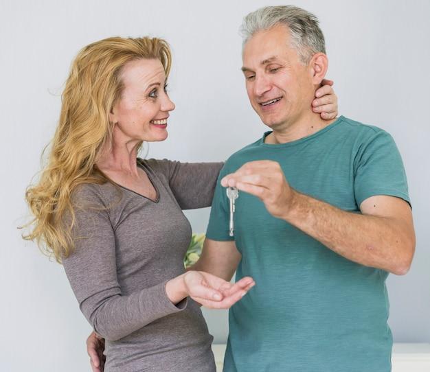 Смайлик старшие пары обмениваются ключами