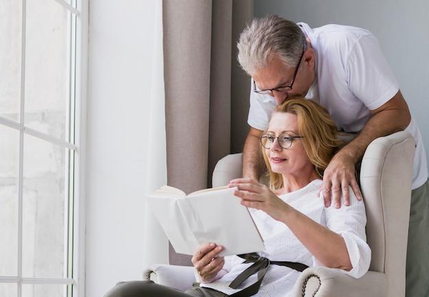 Крупным планом очаровательны пожилой мужчина и женщина вместе