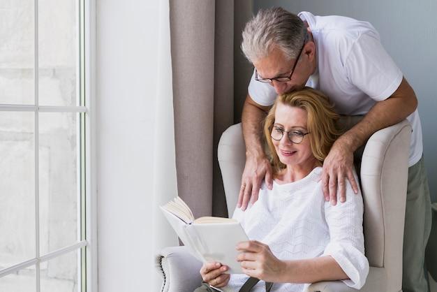正面の年配の男性と女性の肘掛け椅子