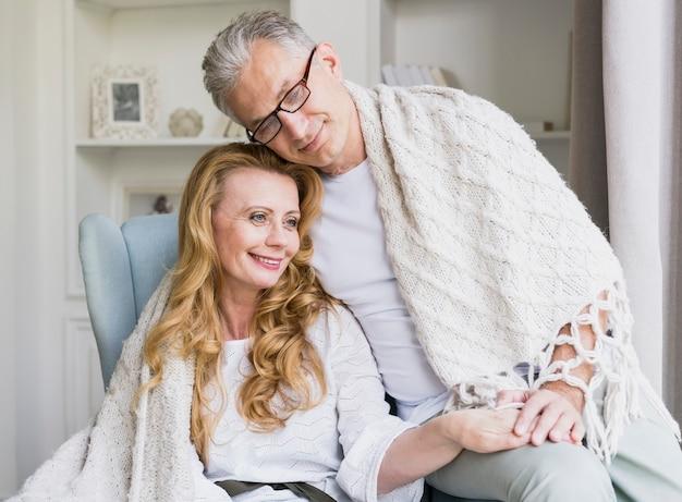 毛布でクローズアップ年配のカップル