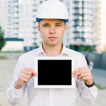 Человек вид спереди держит планшет
