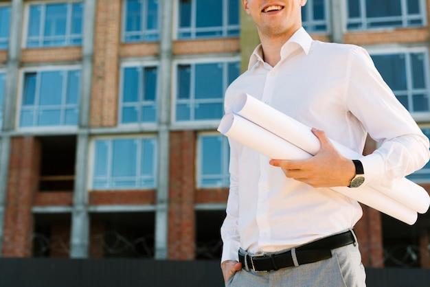 Крупным планом смайлик человек со строительными проектами
