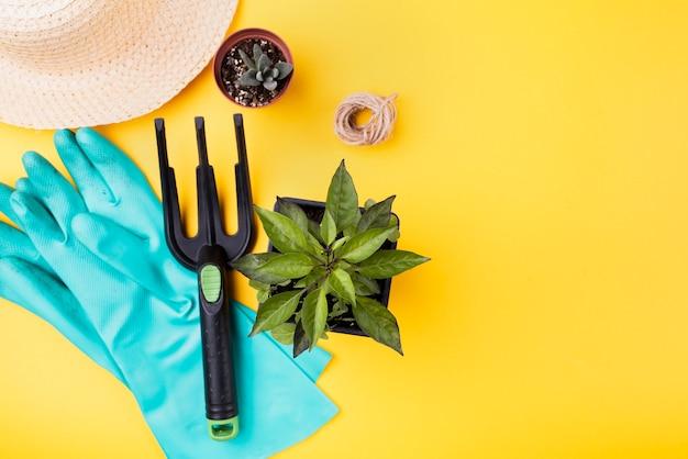 園芸用フォークとコピースペースを持つ青い手袋