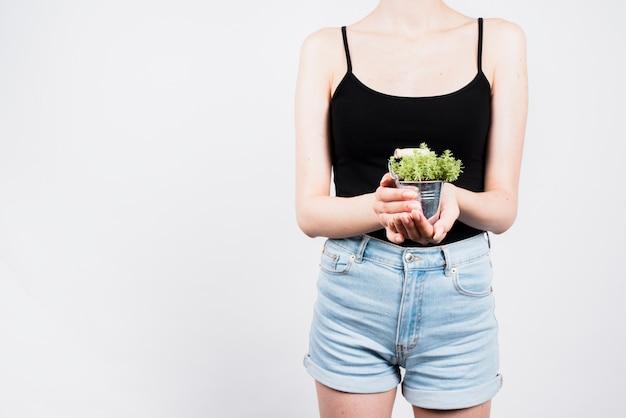 バケツで女性持株植物