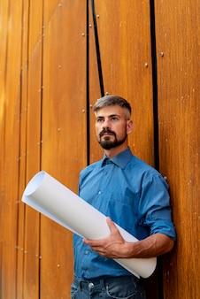 建設計画を持つ男の正面図