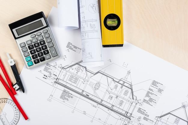 Плоский рабочий стол с архитектурным планом