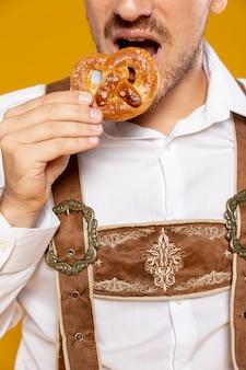 プレッツェルを食べている男の正面図