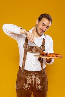 Средний снимок человека с подносом с колбасой