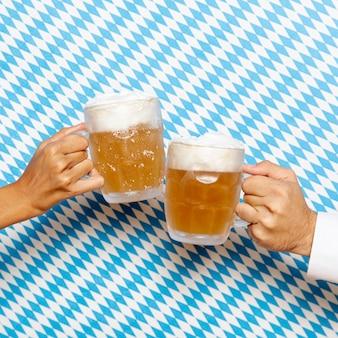 男と女のビールパイントを保持