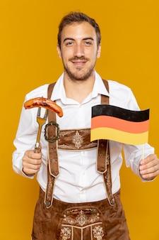 ソーセージと旗を持って男の正面図