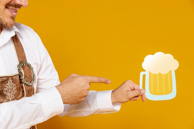 ビールパイントレプリカを指して男