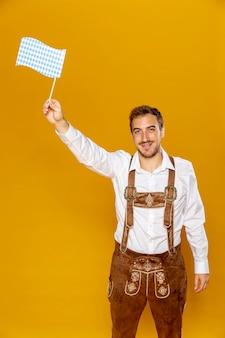 パターン化されたフラグを保持している男の正面図