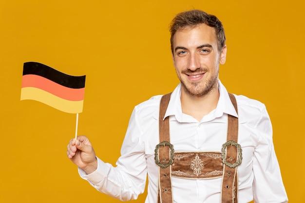 ドイツの旗を持つ男の正面図