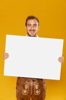 サインモックアップを持つ男の正面図