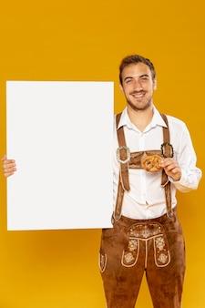 プレッツェルを持つ男の正面図