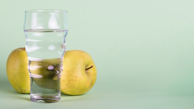 ガラス、りんご、コピースペースの配置