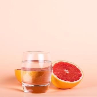 水のガラスと健康的なおいしいフルーツ