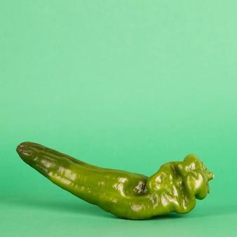 緑の背景に新鮮な唐辛子