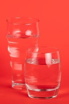 さまざまなサイズのグラスと水