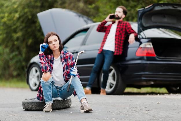 車を修理するカップルの正面図