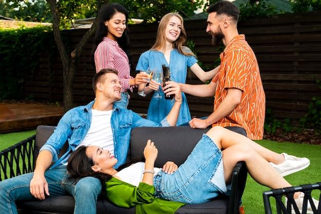 Вид спереди группы друзей вместе на открытом воздухе
