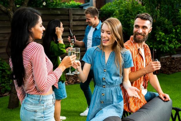 Крупным планом счастливые друзья вместе тостов