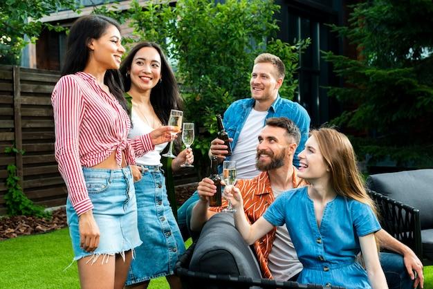 Вид спереди молодых людей поджаривания напитков